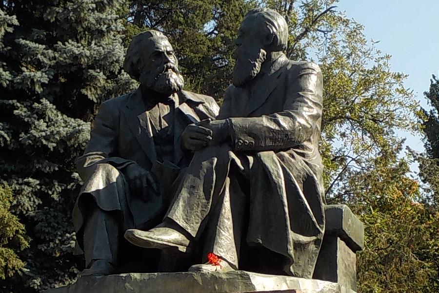 Estátua de Karl Marx e Friedrich Engels em Bishkek, Quirguistão. (2017)