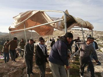 Palestinos manifestam-se e levam tendas na área da Cisjordânia. (Foto: Baz Ratner/Reuters)