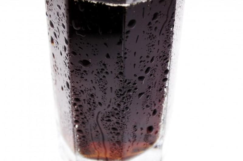 Copo de refrigerante com água condensada do lado de fora.