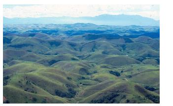 Fonte: https://www.researchgate.net/figure/Figura-23-Relevo-colinoso-mares-de-morro-da-Depressao-Interplanaltica-do-Paraiba-do_fig2_271519578