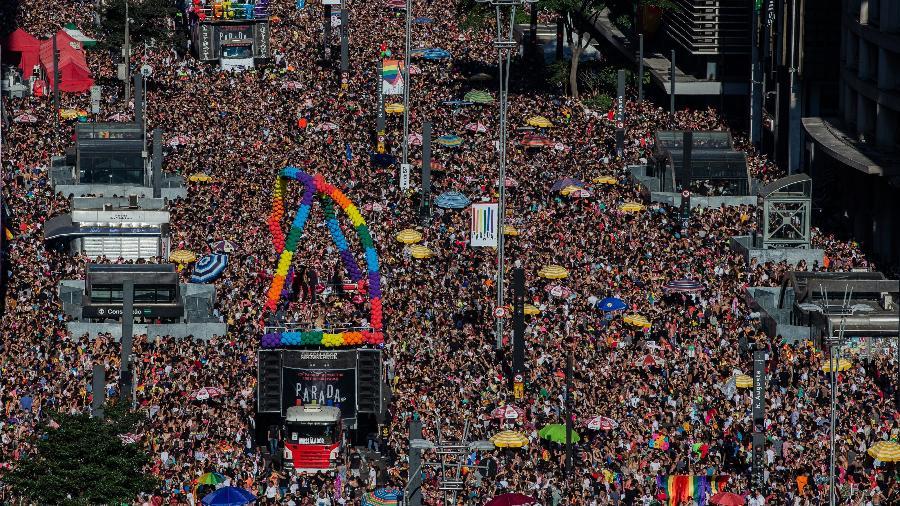 23ª edição da Parada LGBT+ na Avenida Paulista, em São Paulo, em 2019. Estima-se que mais de 3 milhões de pessoas tenham se reunido na Paulista, além de diversos outros movimentos que ocorreram no país.  Imagem: Eduardo Anizelli. Disponível em:  https://www.uol.com.br/universa/noticias/redacao/2019/06/30/parada-lgbt-movimentou-r-403-milhoes-em-sao-paulo-estima-prefeitura.htm